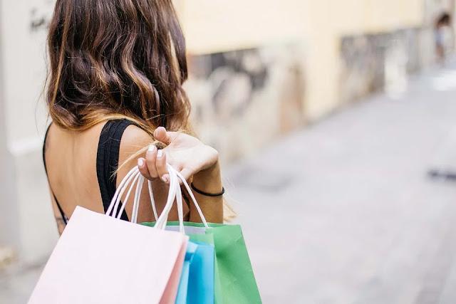 perempuan sedang shopping
