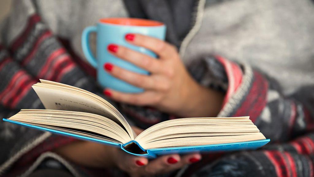 kegiatan seru di rumah adalah membaca buku