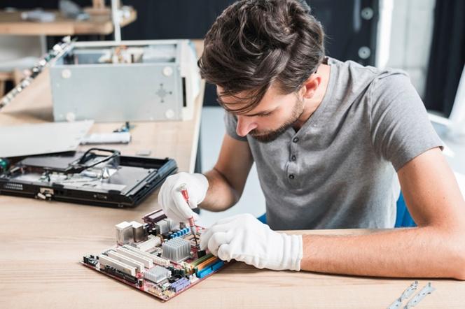 ide kegiatan seru di rumah adalah memperbaiki barang elektronik