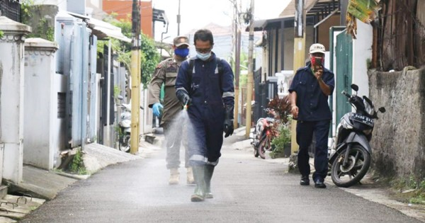 kegiatan menyemprot disinfektan di kelurahan merupakan kegiatan seru juga dan positif