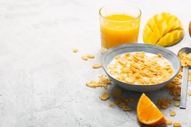 sereal dan buah adalah menu sarapan pagi yang cocok untuk anak