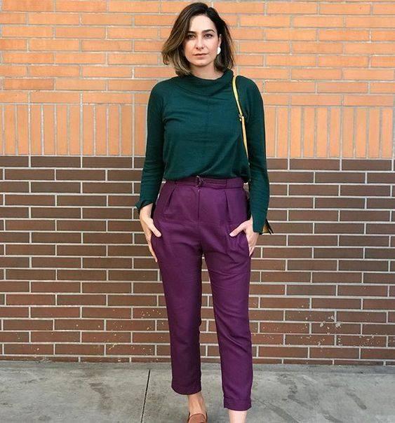 Memadukan warna baju dan celana ungu