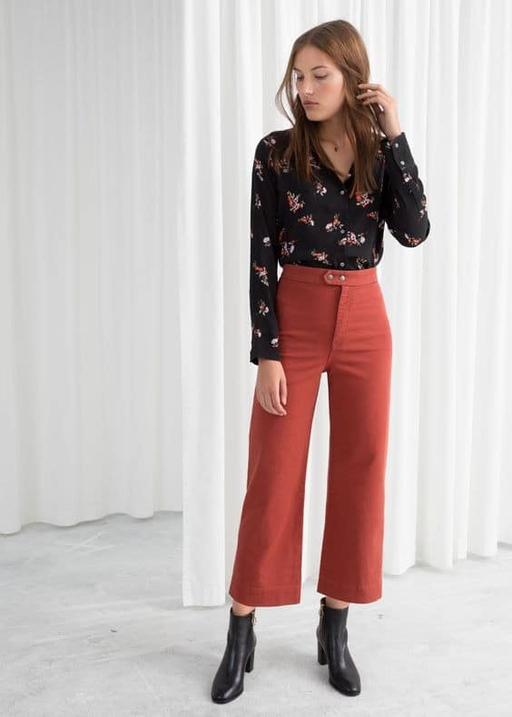 memadukan warna baju dan celana merah bata