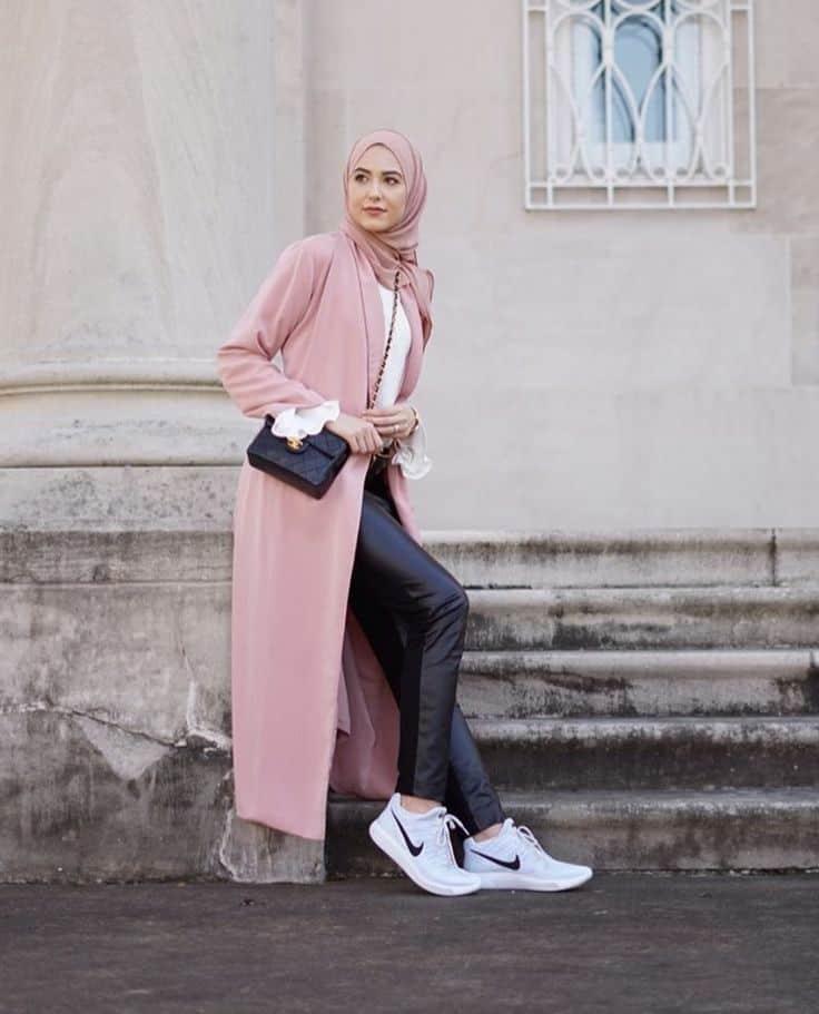 kombinasi warna baju dan celana yang cocok adalah warna hitam dan pink