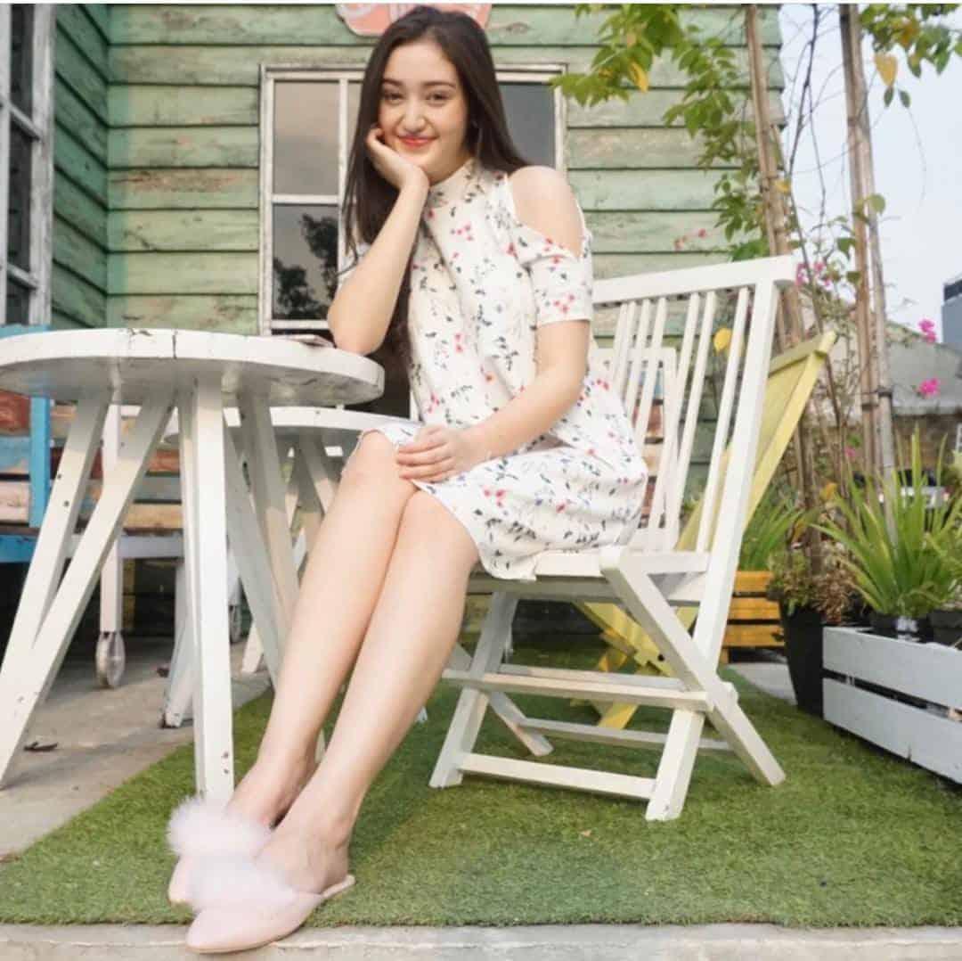 model pakaian casual wanita bisa dengan mengenakan gaun casual putih tulang seperti Ranty Maria