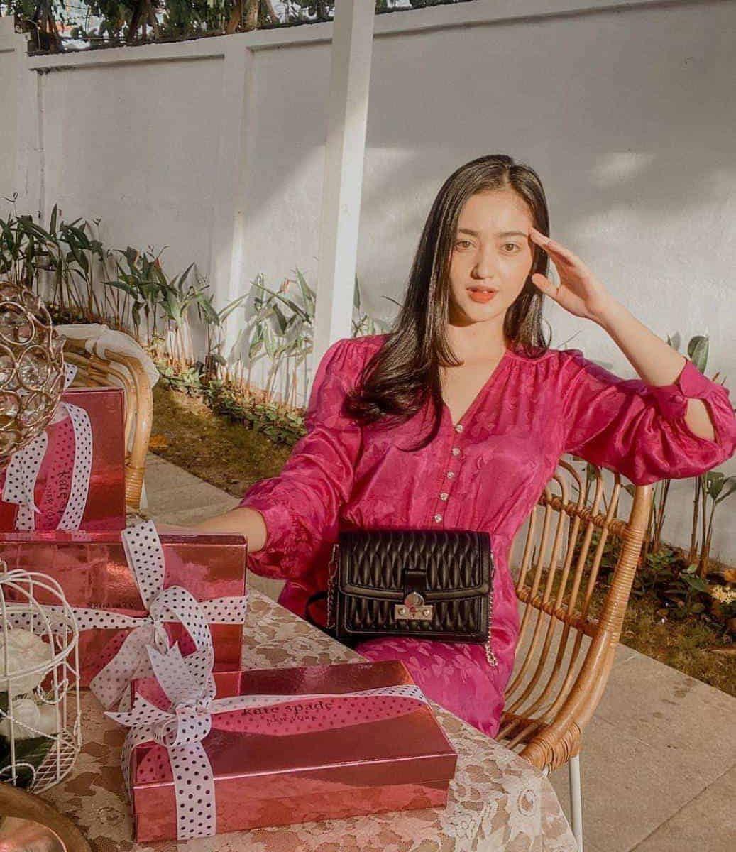 gaun pink lengan panjang gaya casual ala Ranty Maria