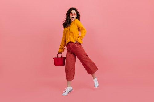 kombinasi warna baju dan celana yang cocok dengan warna kuning