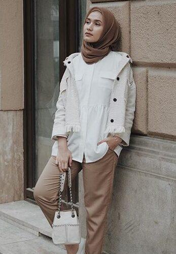 kombinasi warna baju dan celana yang cocok adalah baju putih dan celana mocca