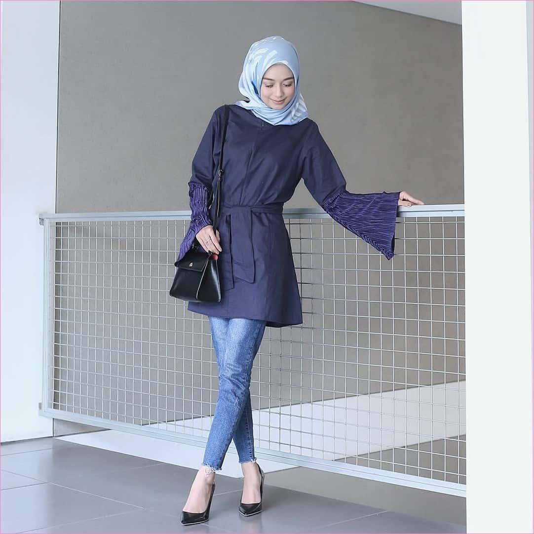 kombinasi warna baju dan celana yang cocok adalah biru dongker dan biru muda