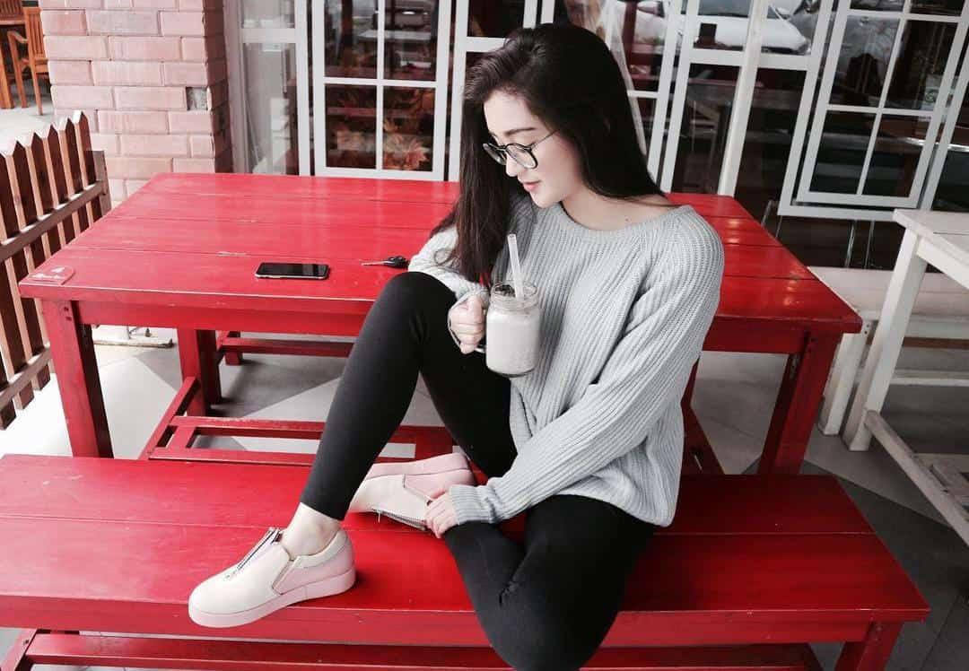 legging hitam dan sweater abu muda adalah contoh model baju casual wanita
