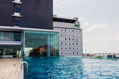 kolam renang Harris Hotel rekomendasi hotel di Solo