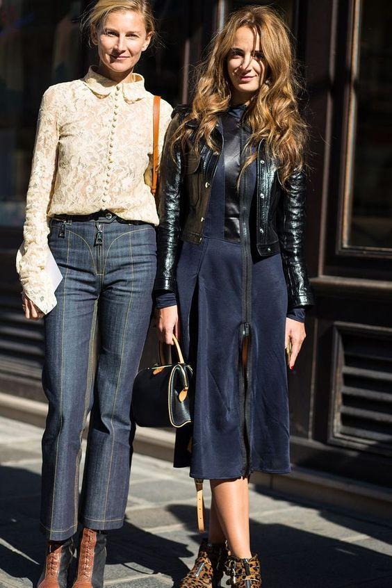 mix and match jaket kulit wanita dengan gaun casual