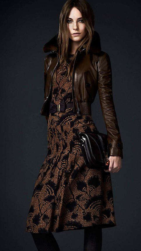 mix and match jaket kulit wanita dengan baju batik