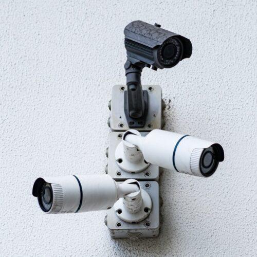 menngunakan CCTV untuk memantau aktivitas kantor